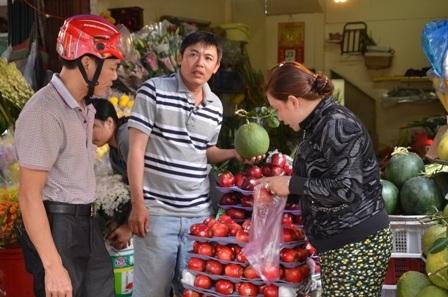 Củ kiệu, trái cây hôm nay được đông khách mua
