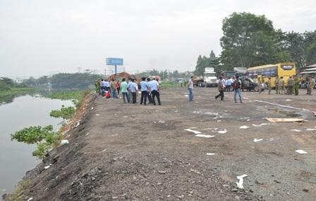 Đoàn công tác liên ngành chuẩn bị cưỡng chế khu đất san lấp rạch trái phép tại số 397 Đinh Bộ Lĩnh