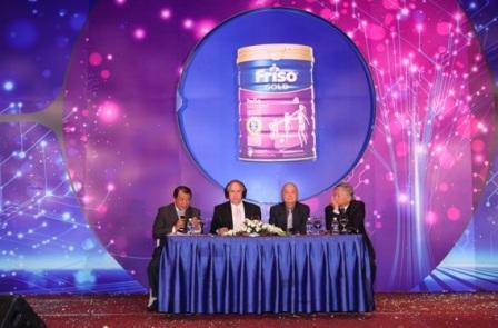 Các diễn giả đang trả lời thắc mắc của giới chuyên môn tại hội nghị.