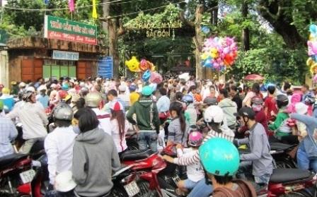 Dịp lễ tết, hàng trăm ngàn du khách từ các tỉnh đổ về TPHCM