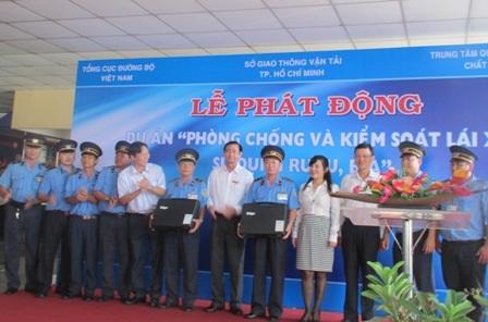 Trao tặng máy đo nồng độ cồn cho Thanh tra Giao thông TPHCM (