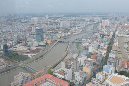 Đại lộ Đông Tây ôm sát kênh Bến Nghé – Tàu Hủ, băng xuyên qua trung tâm thành phố