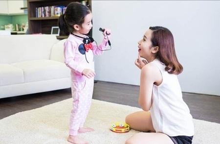 """Mina rất thích chơi với hình khối và hay bắt chước mẹ để làm """"ca sĩ""""."""