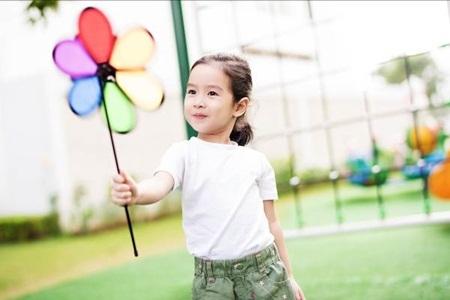 Mina thường xuyên được cho vui chơi ngoài trời, tiếp xúc với thiên nhiên, cây cỏ.