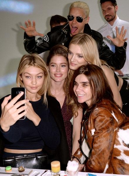 Cùng dự sự kiện còn có chân dài đình đám nước Anh Lily Donaldson và siêu mẫu 2 con Doutzen Kroes.