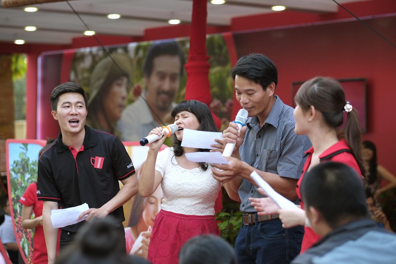Du khách lễ hội cà phê cùng hòa mình vào không khí sôi động khi cùng hát karaoke bài hát NESCAFÉ