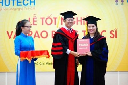 Niềm vui của tân Thạc sỹ trong ngày tốt nghiệp