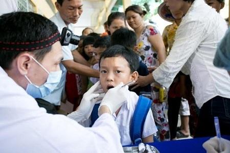Các bé được thăm khám và điều trị miễn phí