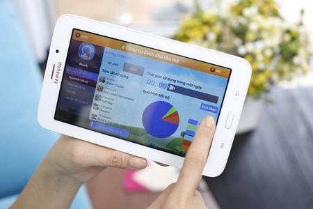 Với ứng dụng Kidstime độc quyền trên Galaxy Tab3 V, Trang có thể theo sát