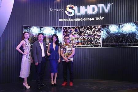 Nhà thiết kế Công Trí cũng đến ủng hộ đạo diễn Victor Vũ bên cạnh 2 người đẹp