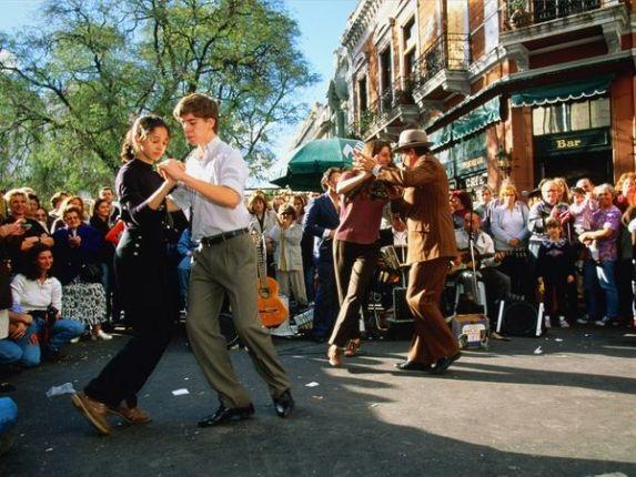 Những cặp đôi yêu nhau say mê nhảy điệu nhảy đam mê Tango trên đường phố Brueno Aires