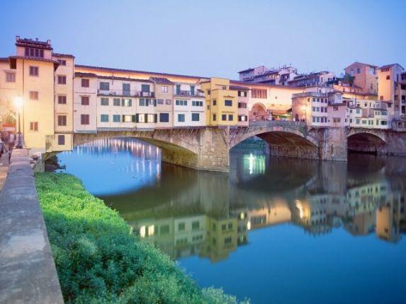 Cây cầu nổi tiếng Ponte Vecchio ở Florence.