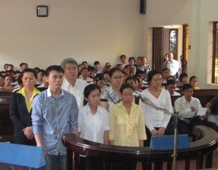 Nhóm nhân viên điện lực bị TAND tỉnh Đồng Naiđưa ra xét xử