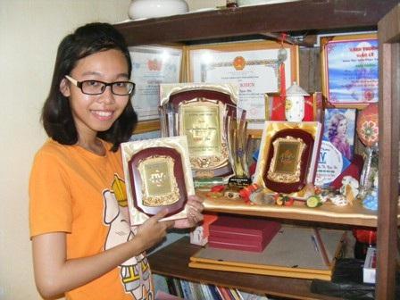 Ngọc Hương với những giải thưởng học sinh giỏi cấp trường, cấp tỉnh và cấp quốc gia môn Văn.