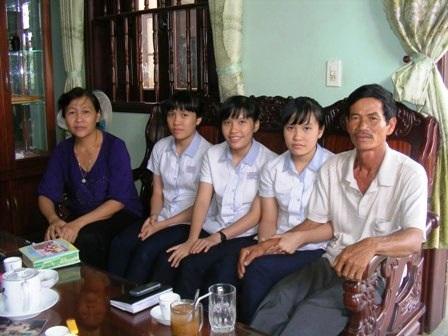 Ba chị em Thanh và bố mẹ