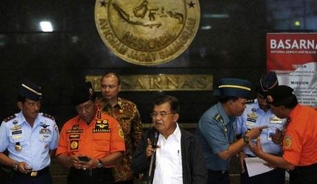 Phó Tổng thống Indonesia Jusuf Kalla(giữa)trong cuộc họp báo ngày 29/12