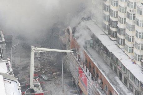 Khói bốc lên tại tòa nhà 11 tầng trong đó có khu chợ gốm Beifangnanxun nằm ở tầng 3