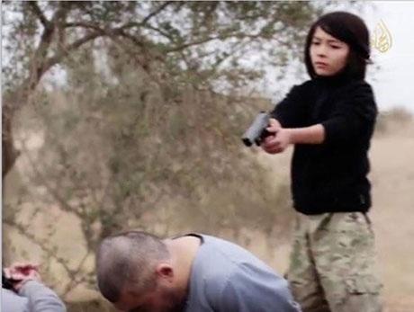 Hình ảnh cậu bé xử tử 2 điệp viên người Nga chụp từ video. (Ảnh: