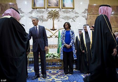 Đệ nhất phu nhân Michelle không đeo mạng che mặt hay đội khăn khi đến Ả-rập Xê-út. (Ảnh: