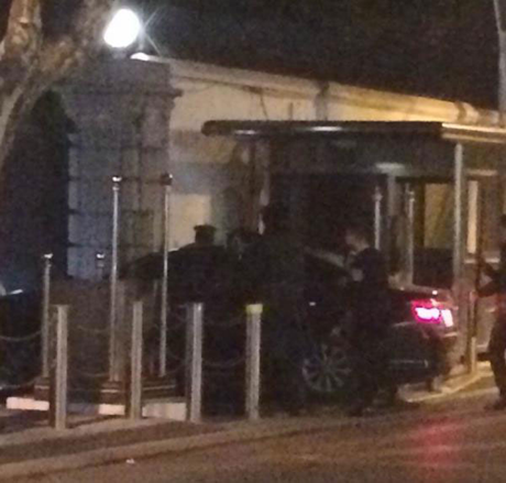 Một chiếc xe màu đen đã đâm vào cổng của Lãnh sự quán Mỹ tại Thượng Hải. (Ảnh: