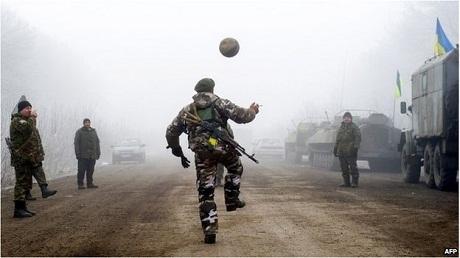 Lính Ukraine chơi bóng trên tuyến đường dẫn đến thị trấnDebaltseve. (Ảnh: