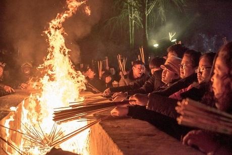 Người dân tại Hefei, Trung Quốc thắp nhang cầu năm mới an lành, hạnh phúc. (Ảnh: