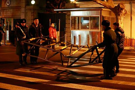 Một rào chắn trước tòa nhà đã được dời đi. (Ảnh: