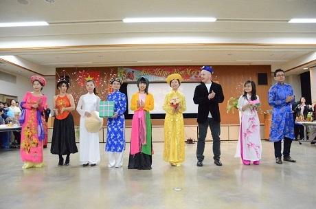 Các bạn trẻ Việt nam và quốc tế trình diễn trang phục ba miền.