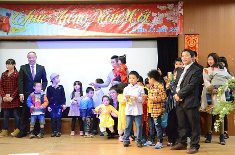 Tiết mục múa áo dài do các bạn sinh viên trường Đại học Kyushu dàn dựng, biểu diễn.