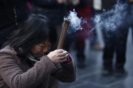 Người dân đến cầu nguyện tại chùa Yonghegong Lama tại Bắc Kinh, Trung Quốc.