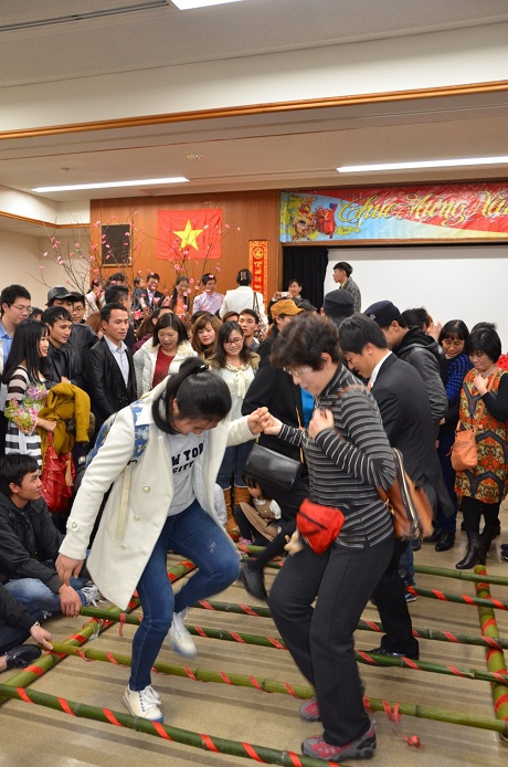 Bạn bè quốc tế tham dự tiết mục nhảy sạp