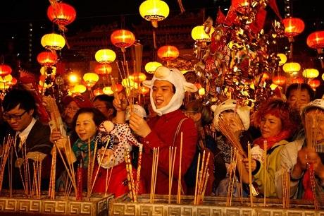 Những người dân Hồng Kông đến chùa