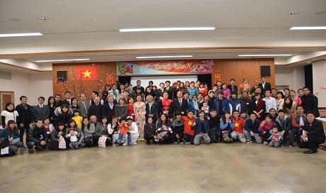 Ban Tổ chức và khách mời chụp ảnh trong Lễ đón Tết Nguyên đán