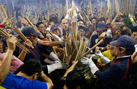 Người dân chen nhau cắm nhang tại chùa