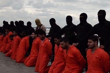 Hình ảnh phiến quân IS hành quyết 21 con tin Ai Cập trong video. (Ảnh: