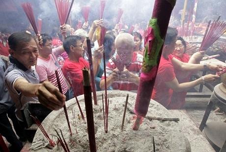 Người dân châu Á náo nức đi chùa đầu năm để cầu may