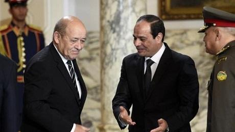 Bộ trưởng Quốc phòng Pháp Jean-Yves Le Drian (trái) và Tổng thống Ai Cập