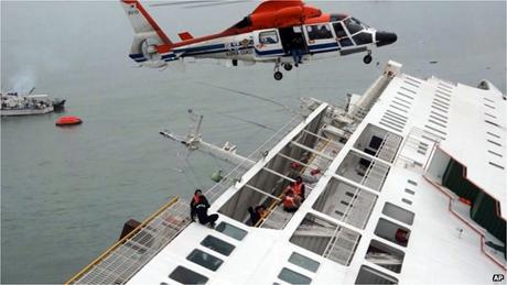 Hiện trường cứu nạn vụ chìm phà Sewol. (Ảnh: