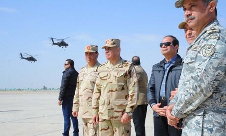Tổng thống Sisi (mặc thường phục, giữa) thề trả thù quyết liệt các phiến quân IS. (Ảnh: