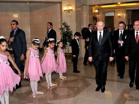Tổng thống Putin tặng người đồng cấp Ai Cập một khẩu súng AK. (Ảnh: