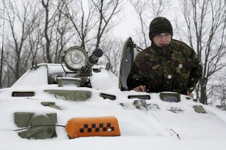 Quân chính phủ Ukraine tại khu vực gần thành phố Donetsk, đông Ukraine ngày 16/2. (Ảnh:
