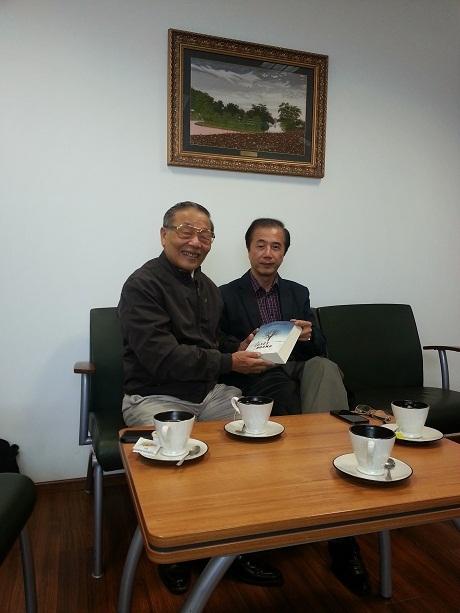 Tác giả Tuyết hoang (bên phải) tặng sách.