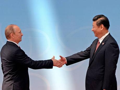 Chủ tịch Trung Quốc Tập Cận Bình (phải) bắt tay Tổng thống Nga Vladimir Putin (trái). (Ảnh: