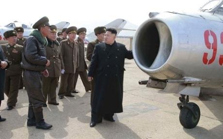 Ông Kim Jong-un trong một chuyến thị sát không quân. (Ảnh: