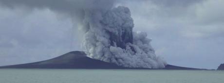 Ngọn núi lửa Hunga Tonga phun trào. (Ảnh: