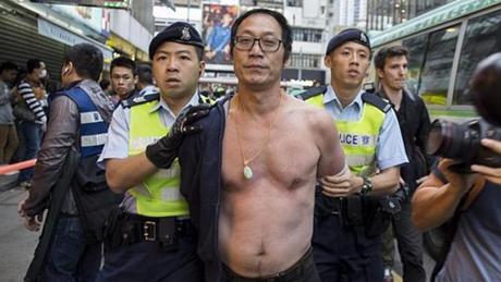 Một người đàn ông bị cảnh sát Hồng Kôngbắt giữ trong cuộc biểu tình ngày 1/3. (Ảnh: