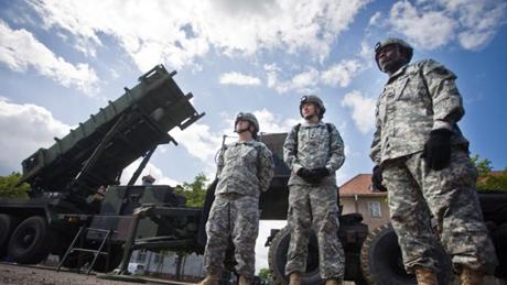 Các binh lính Mỹ đứng cạnh mộtkhẩu đội tên lửa phòng không Patriot . (Ảnh: