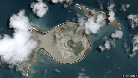 Hình ảnh chụp được khi núi lửa phun trào tạo đảo mới hồi tháng 1/2015. (Ảnh: