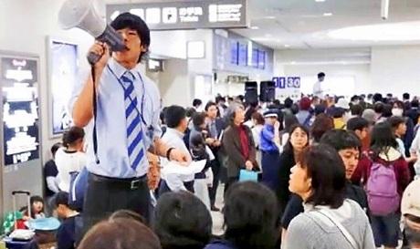 Quang cảnh náo loạn tại sân bay Naha. (Ảnh: