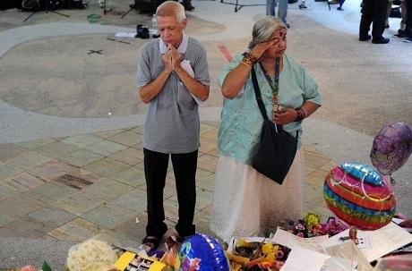 Hai người Singapore tới đặt hoa tại một đài tưởng niệm cố Thủ tướng Lý Quang Diệu. (Ảnh: